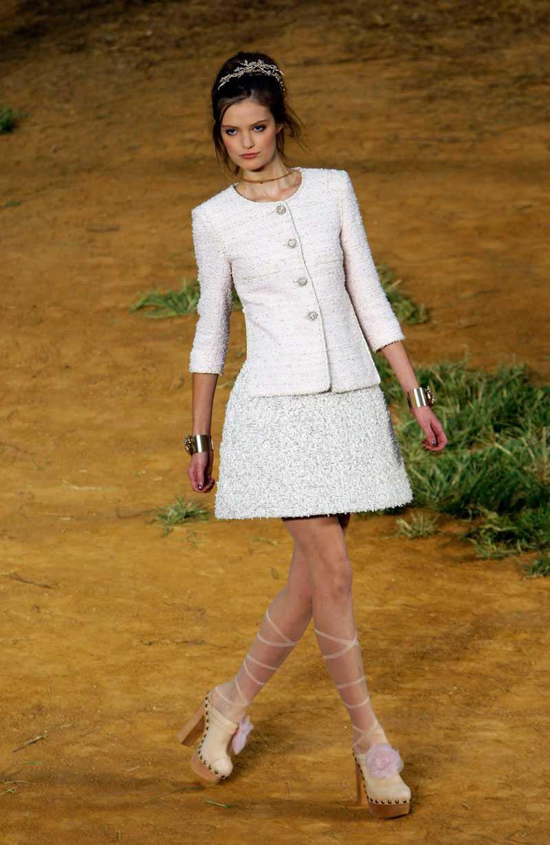 Träskor var i fokus på Chanels vår/sommarvisning i Paris.