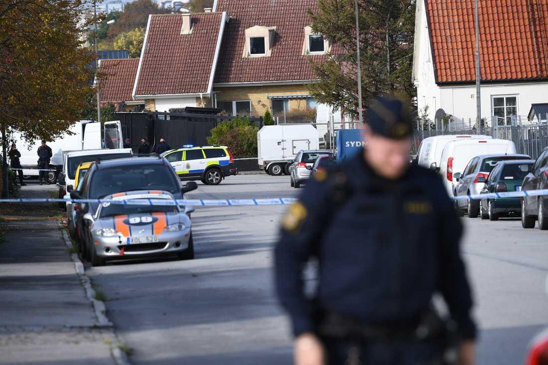 Nationella bombskyddet arbetar på platsen där ett misstänkt farligt föremål hittades på tisdagsförmiddagen.