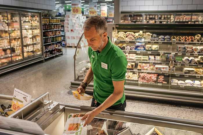 Markus Wahlgren försöker minska svinnet i butiken med nya metoder...
