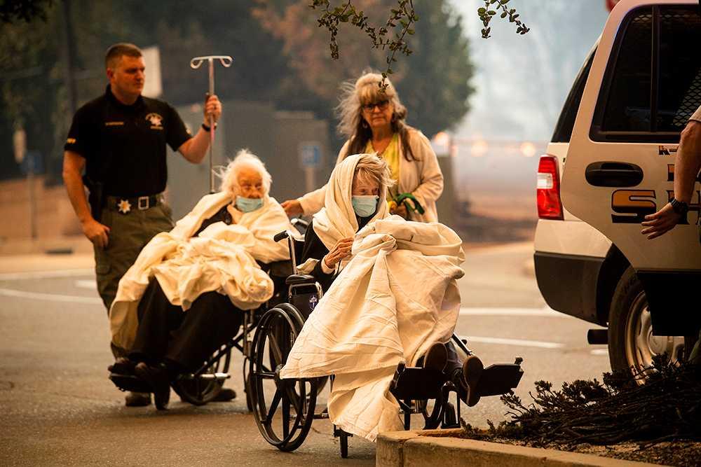 Människor evakueras undan skogsbränderna.