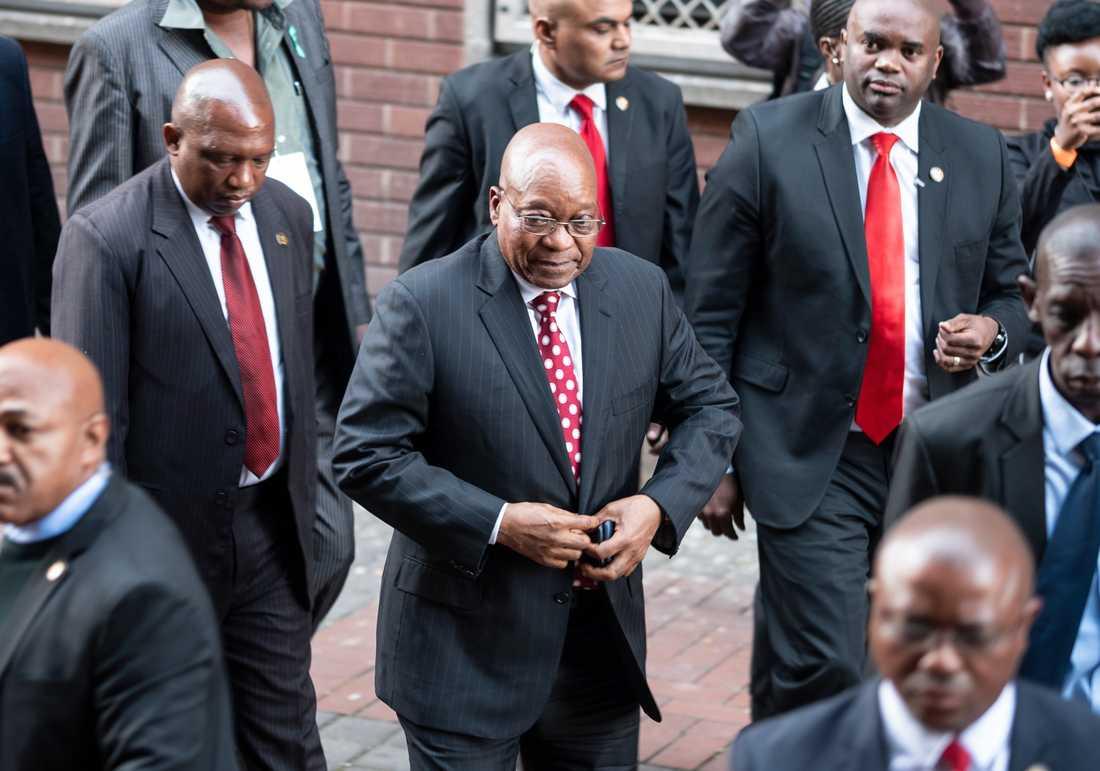 En tidigare minister i den sydafrikanske expresidenten Jacob Zumas regering misstänks för korruption. På bilden syns Zuma, själv korruptionsanklagad, utanför en domstol i Durban förra sommaren.