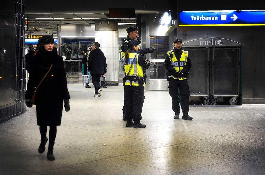 MÅSTE TA SLUT Polisens jakt på papperslösa i tunnelbanan är omänsklig och bryter mot svensk lagstiftning.