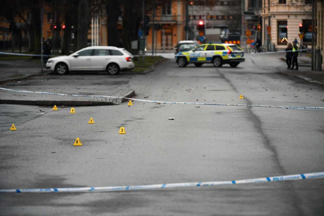 Skott från automatvapen avlossades, och ett av offren ska ha haft en ledande position i ett kriminellt nätverk.