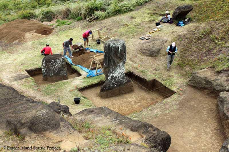 Drygt tusen stengubbar finns utplacerade på Påskön. Statyerna karvades fram ur hela stenar. Vad de användes till är fortfarande oklart.