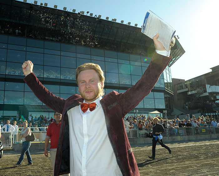 Calle Wihlborg strålande lycklig efter Elitloppssegern med Commander Crowe 2012. Det här året slår det som inträffade då.