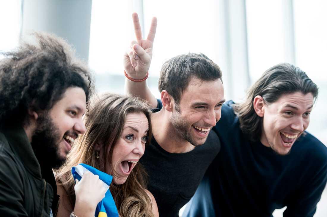 """Joy Deb och Linnea Deb tillsammans med Måns Zelmerlöw efter Eurovision-segern. Med på bilden även Anton Hård af Segerstad som också var med och skrev """"Heroes""""."""
