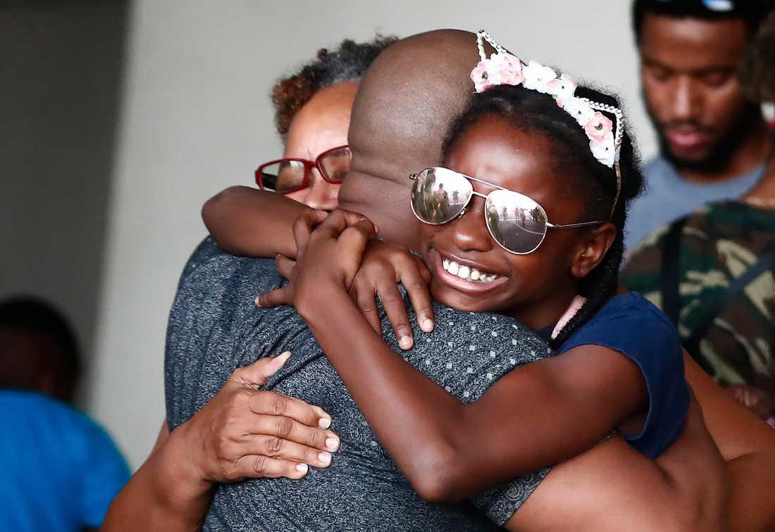 Mark Winder kramar om sitt syskonbarn Gabriella Winder, 10, och sin mamma Marcia Winder efter att de båda räddats från Freeport som drabbades hårt av orkanen Dorian.