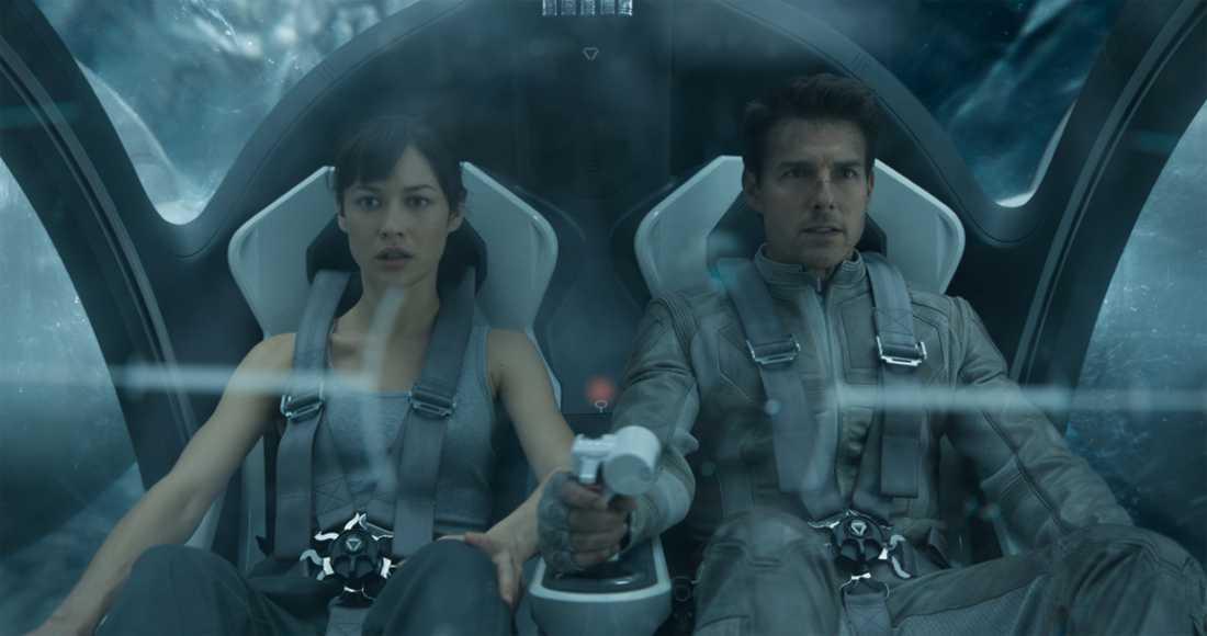 """Olga Kurylenko med Tom Cruise i filmen """"Oblivion."""""""