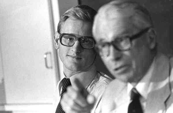 Under 70-talet när Carl Bildt arbetade som Gösta Bohmans assistent läckte Bildt hemlig information till USA. Henry Kissingers Europasändebud Ronald E Woods samlade in uppgifterna från den unge politikern och förde dem vidare till sin uppdragsgivare.