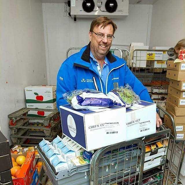 Varje månad delar Lasse Wennman och hans initiativ ut tio ton mat till behövande i Gävle. Mat som butikerna annars hade slängt.