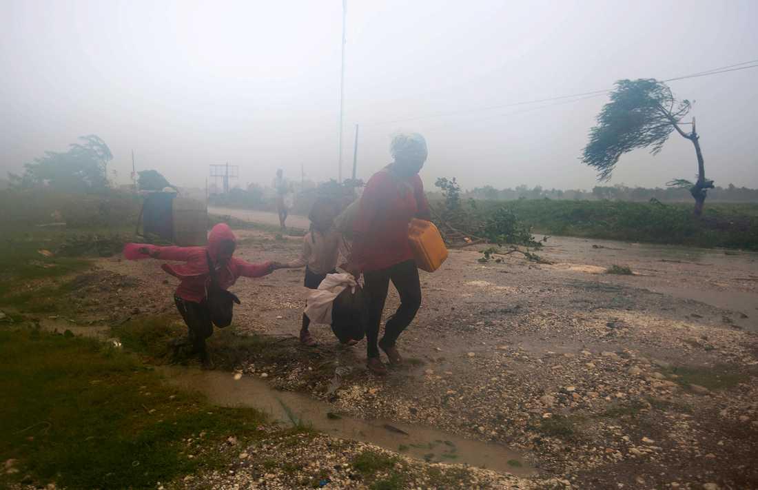 Människor i Leogane, Haiti söker skyff undan Matthew.