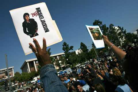 Tusentals fans samlade utanför sjukhuset.