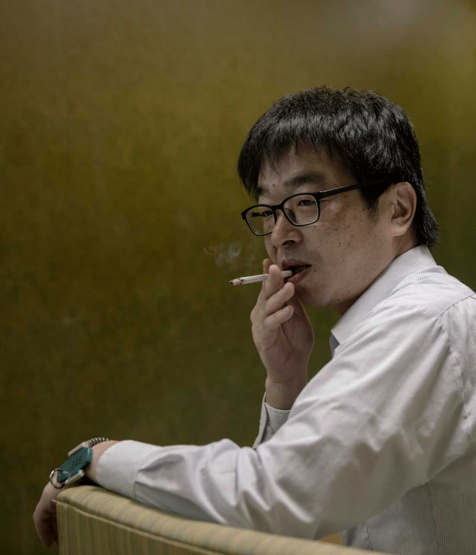 Bildreportage utland, 3-e pris: En hotellgäst röker i hotellets relaxavdelning. På armen har han nyckeln till det lilla skåp där han förvarar sina saker på natten.