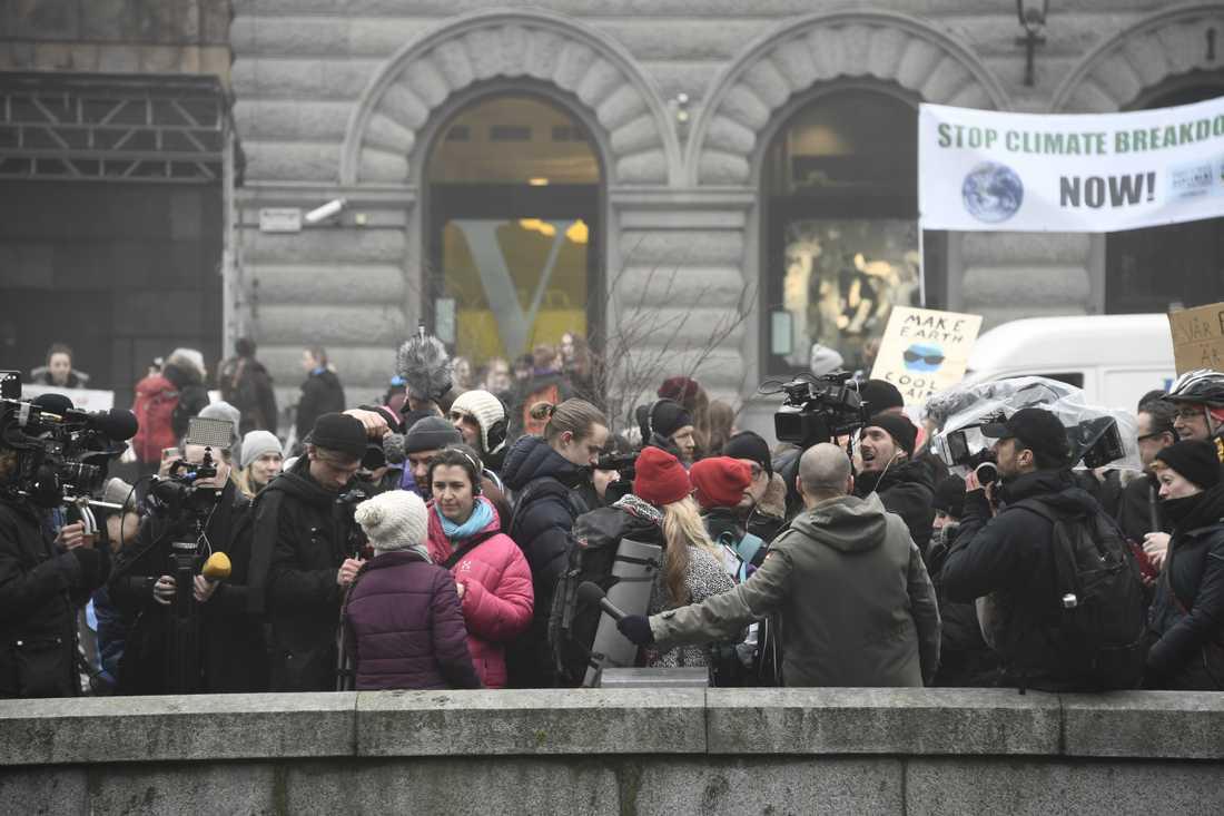 Greta Thunberg tillsammans med media på Mynttorget vid Sveriges riksdag.
