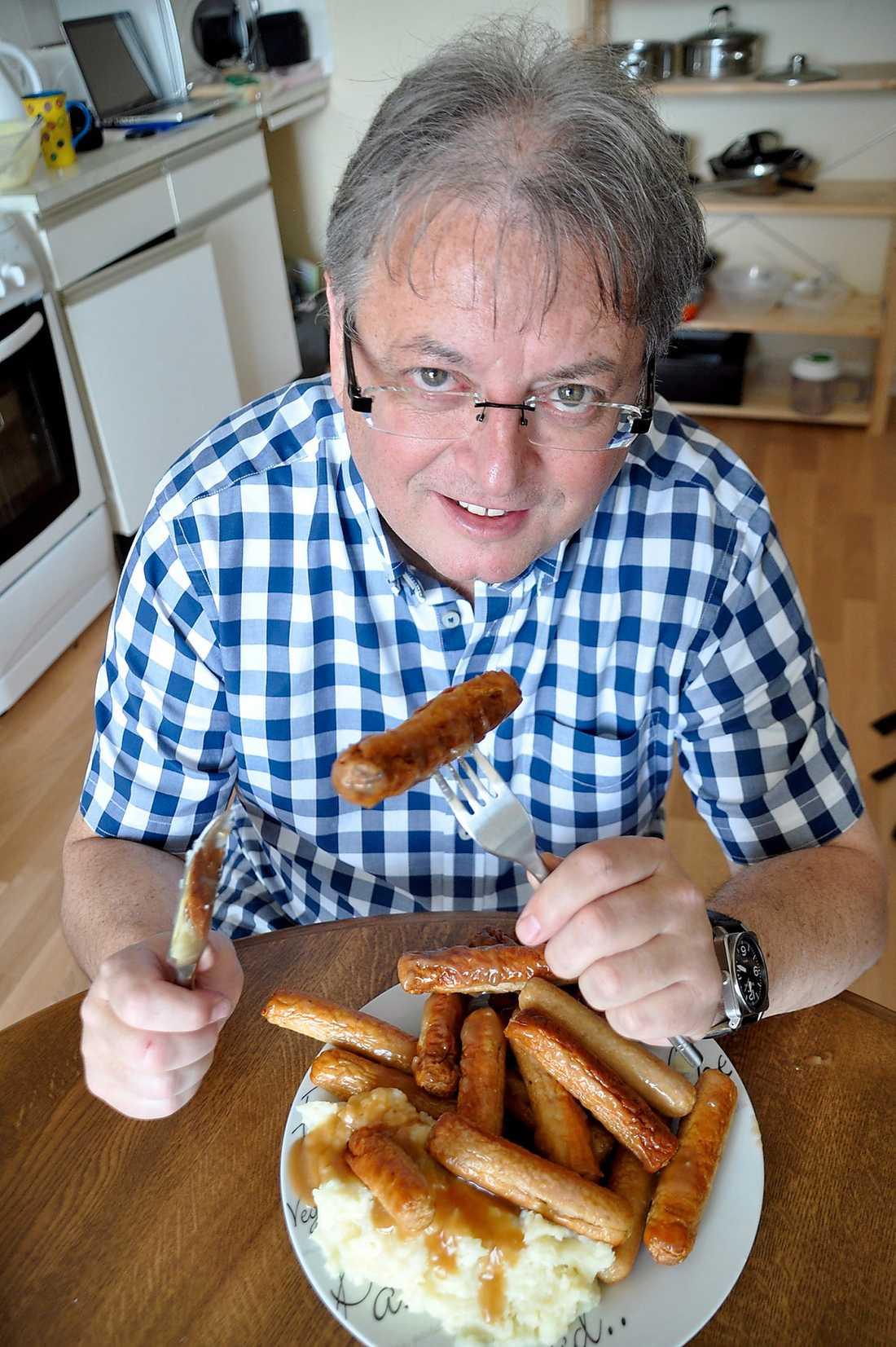 """HAR SÖKT HJÄLP  I 42 år har David Harding ätit minst en korv varje dag. """"Jag kan inte uthärda tanken på att leva utan maträtten""""."""