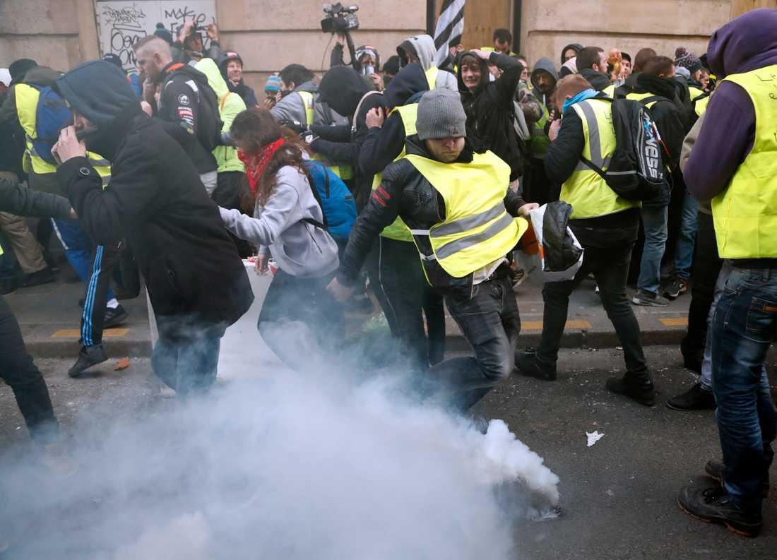 Polisen använder tårgas mot demonstranter i Paris.