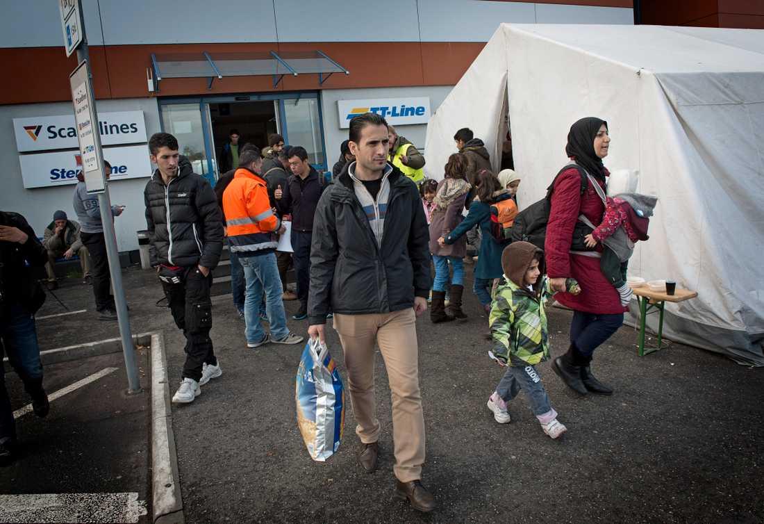 Flyktingar, de flesta på väg till Sverige, vid färjeterminalen i tyska Rostock.