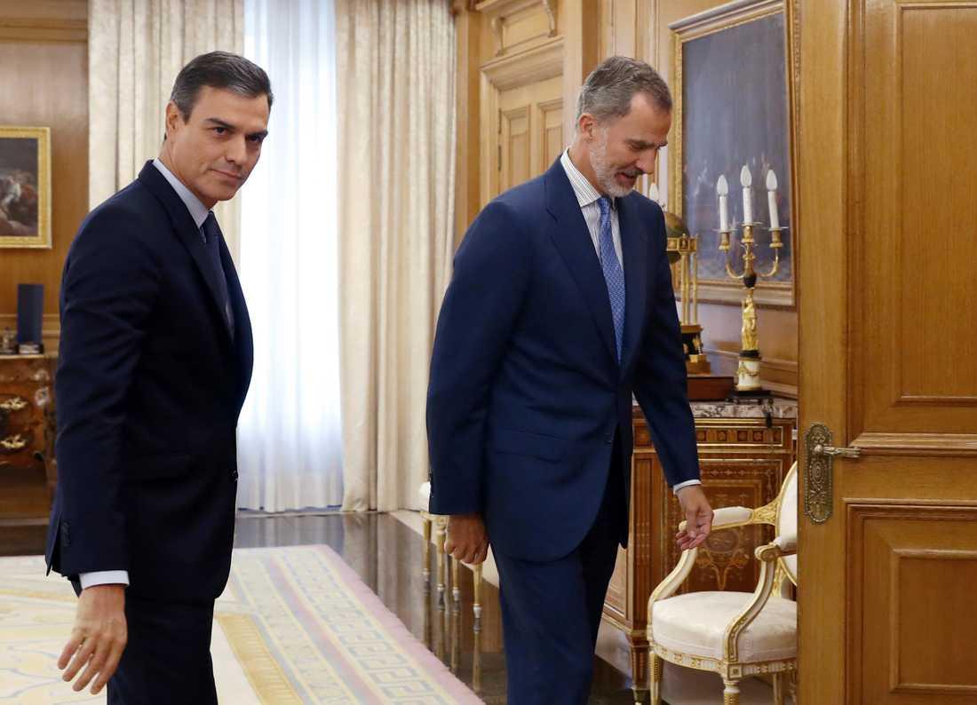 Spaniens premiärminister Pedro Sánchez (t v) blev siste man in till kung Felipe VI. Efter tisdagens samtalsrunda konstaterade kungen att det inte går att bilda regering – ett nyval måste till.