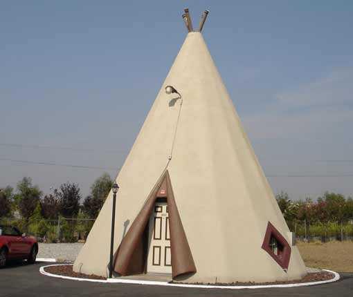 """WIGWAM MOTEL Dra till vilda västerna och lek indianer och cowboys. På 1950-talet fanns sju Wigwam-anläggningar i USA, nu finns bara tre kvar varav den här ligger i Holbrook i delstaten Arizona. De 15 """"tälten"""" är i själva verket byggda av stål och betong och utrustade med luftkonditionering. Fuskigt men bekvämt. Prisläge: under 100 euro/natt."""