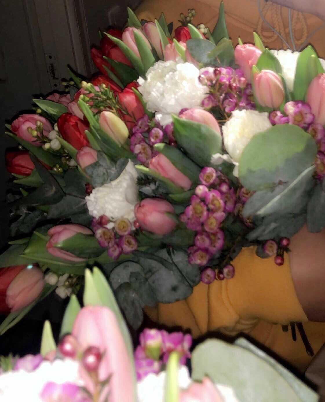 Blommorna kostade sammanlagt 750 kronor och hon vet inte vem som skickade dem.