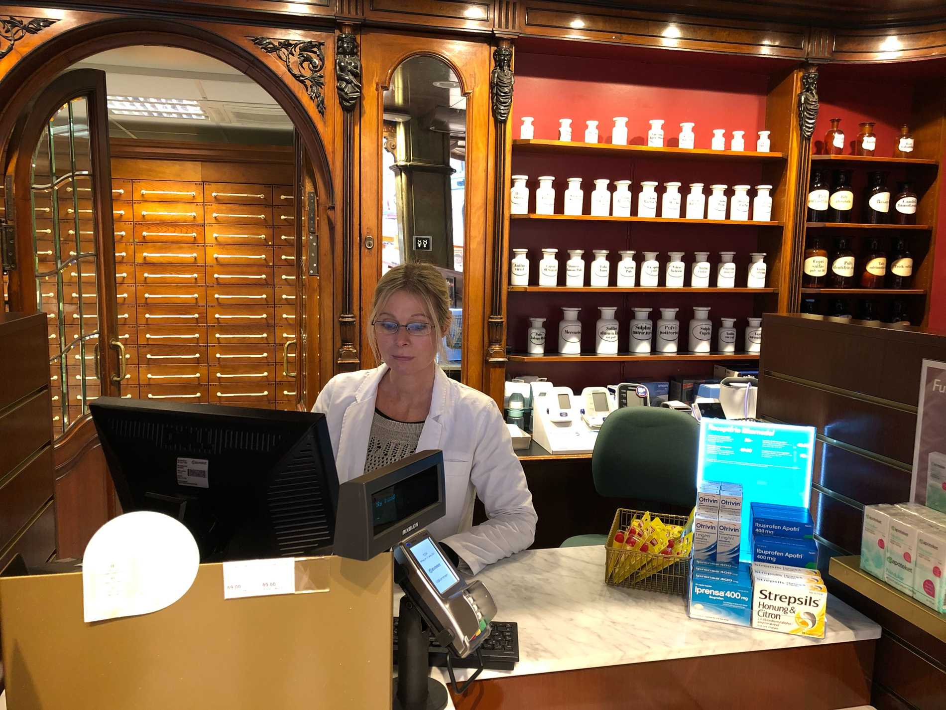 Gunilla Nilsson, farmaceut, på Apoteket Lejonet vittnar om en stor efterfrågan på munskydd.