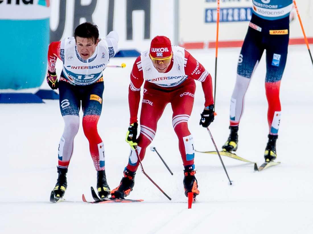 Ryssen Alexander Bolsjunovs stav går av i spurtstriden med Norges Johannes Høsflot Klæbo på skid-VM i Oberstdorf.