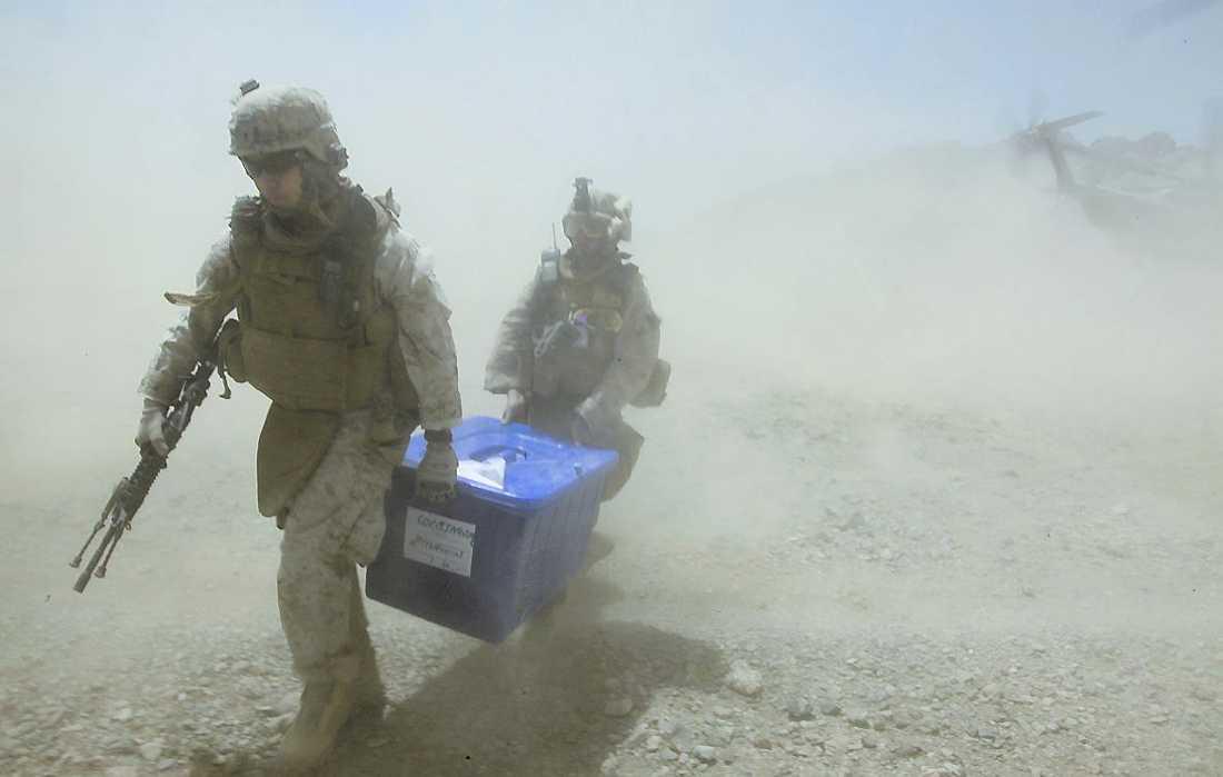 Amerikanska soldater levererar valsedlar.