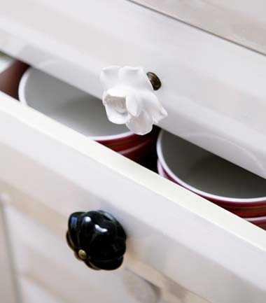Lisas hem är fullt av små roliga detaljer. Hr har hon bytt ut sina vanliga lådknoppar mot blommiga sådana från Indiska.