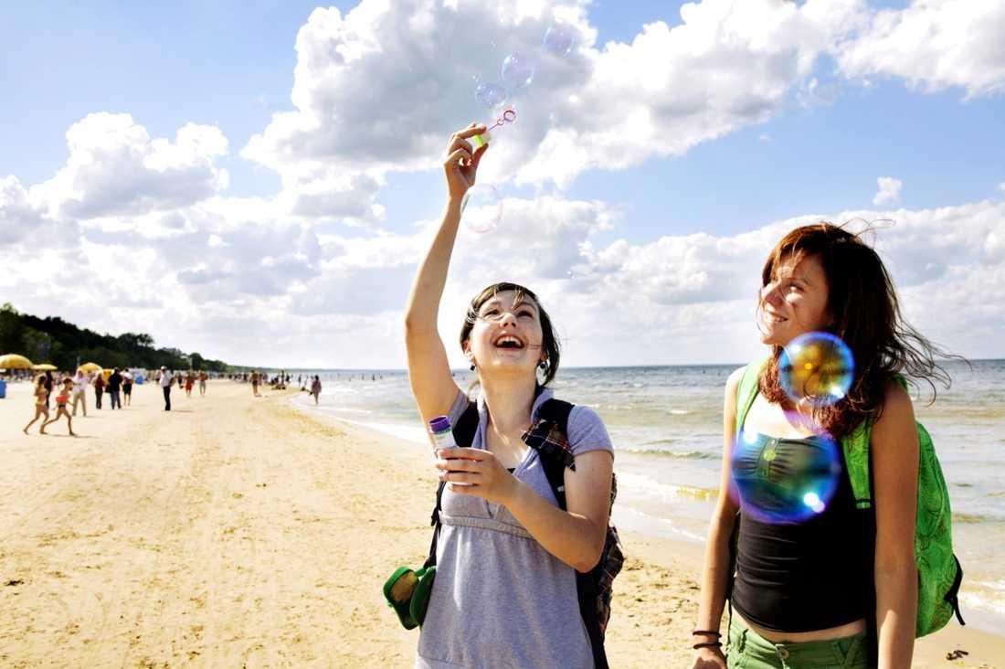 Irina Filatova, 19, och Tince Tameniece, 18, från Jurmala testar vindarna på stranden.