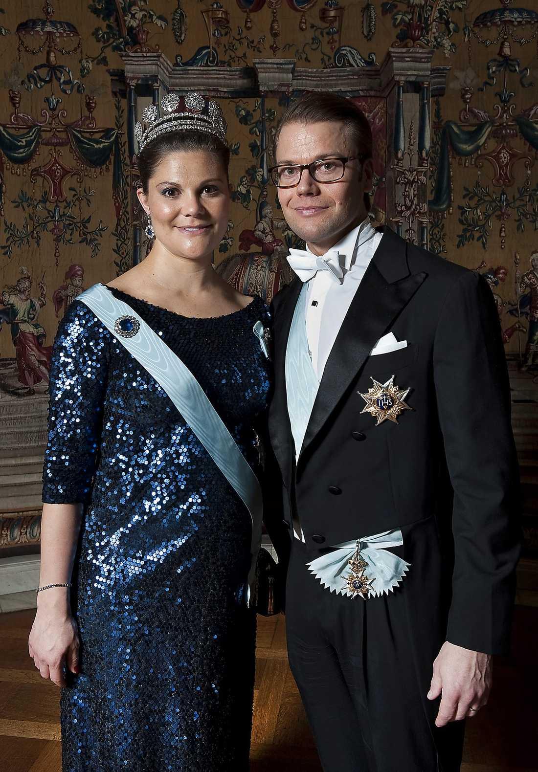 """Kronprinsessan Victoria och prins Daniel lämnade Stadshuset strax efter kvart i tolv. """"Vi måste hem och sova!"""", sa den blivande pappan."""