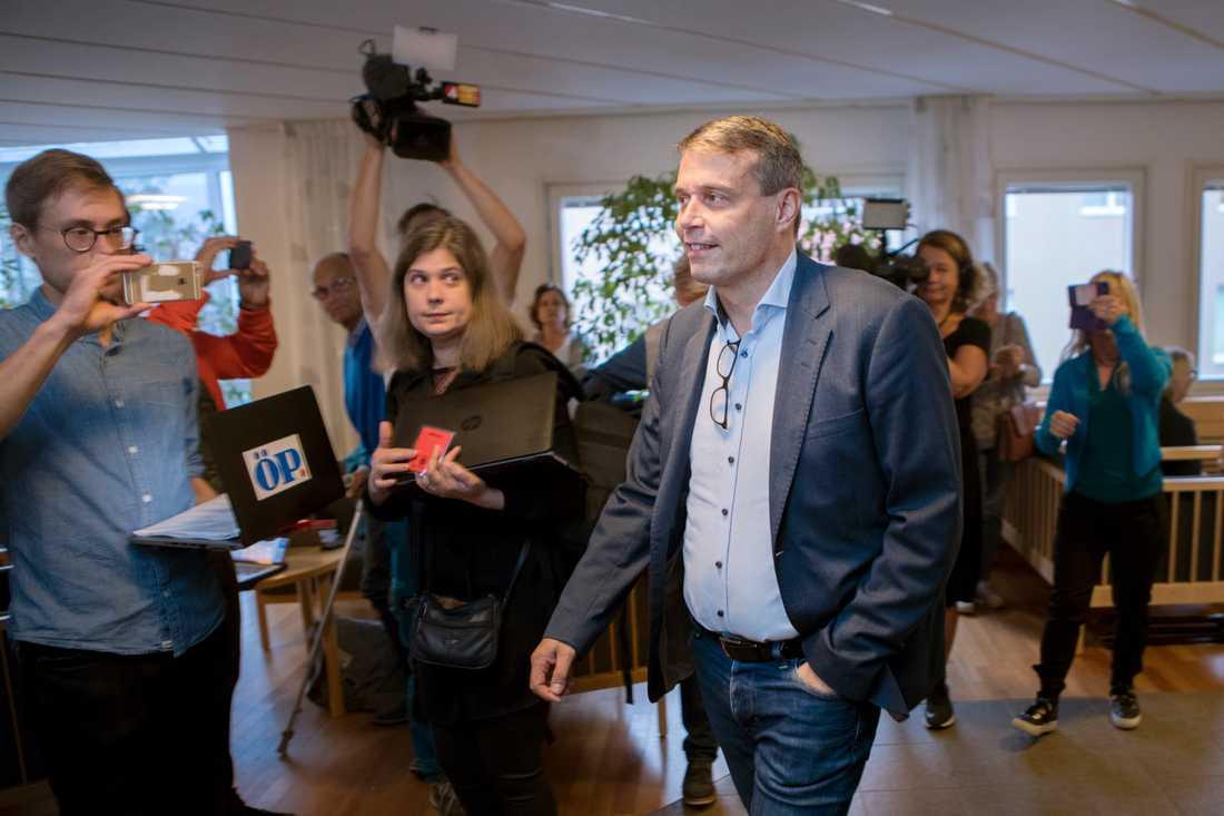 Östersunds FK:s tidigare ordförande Daniel Kindberg anländer till Ångermanlands tingsrätt.