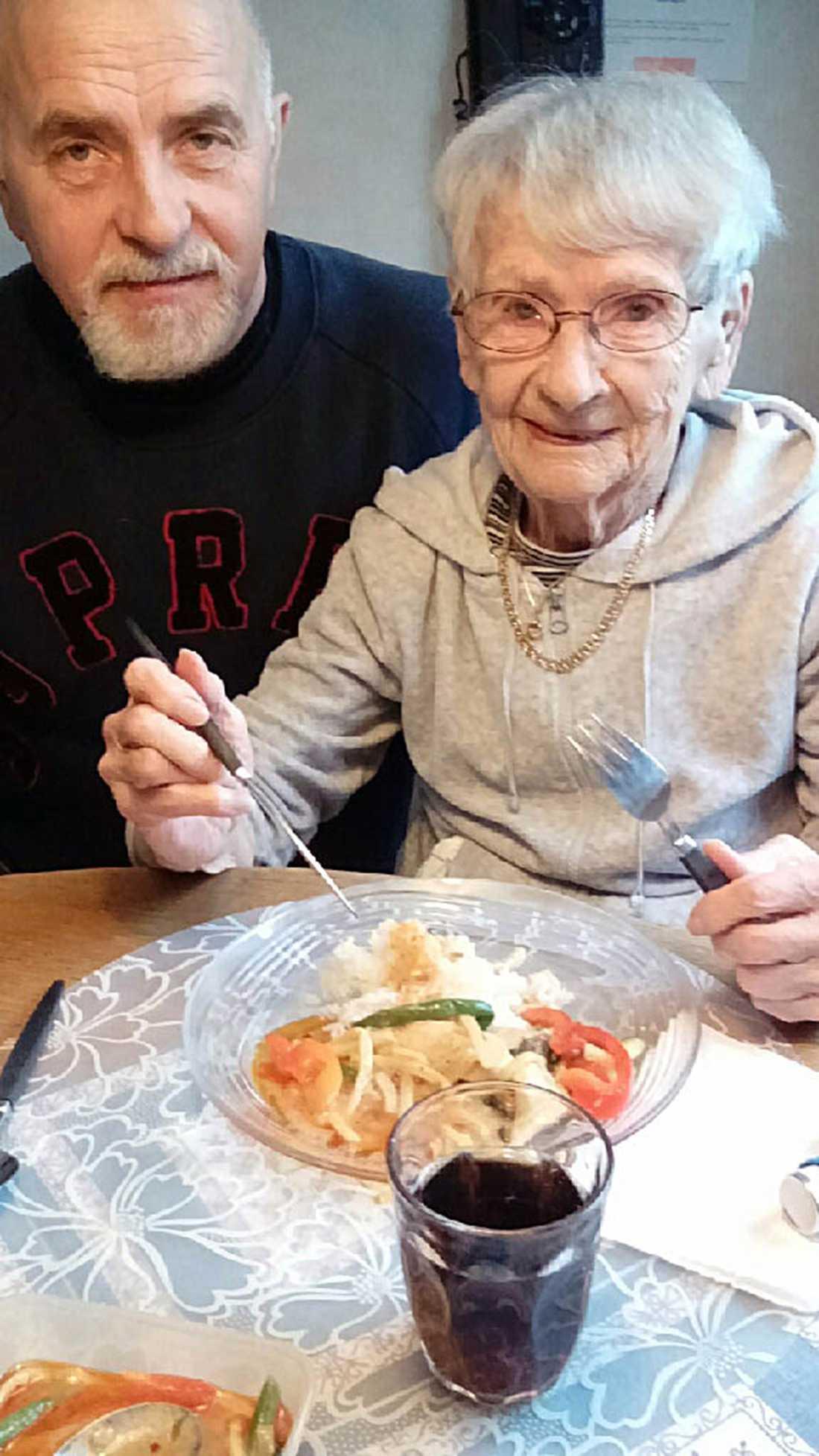 FÖREDRAR THAI-MAT. Dagny Larsson, 94, vill inte vara till besvär och klaga på kommunens matlådor men lyser upp när sonen Per har med sig smakrik thai-mat. - Jag är tacksam varje gång de äldres mat uppmärksammas. De som bestämmer över den lever inte i samma verklighet som de som äter den, säger Per Larsson som för ett år sedan efterlyste bättre och trevligare matlådor åt sin mamma Dagny.