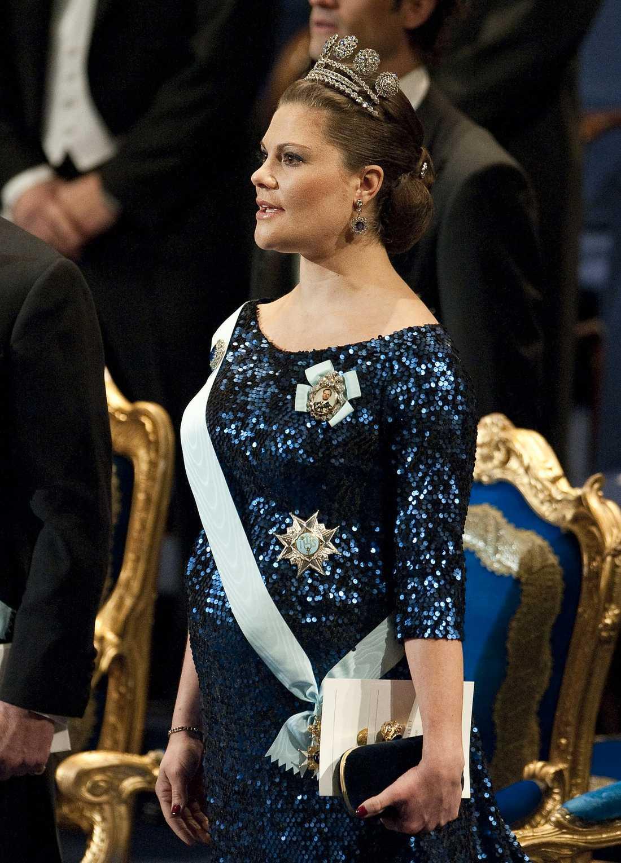 MAGDANS Mitt under Kungssången gör sig det blivande kungabarnet påmint. I takt med musiken börjar Victorias bebis röra på sig så mycket att både mage och klänning reser sig.
