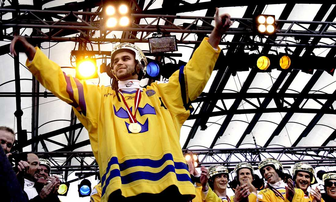Stefan Liv och Tre Kronor firas i Kungsträdgården efter VM-guldet 2006.