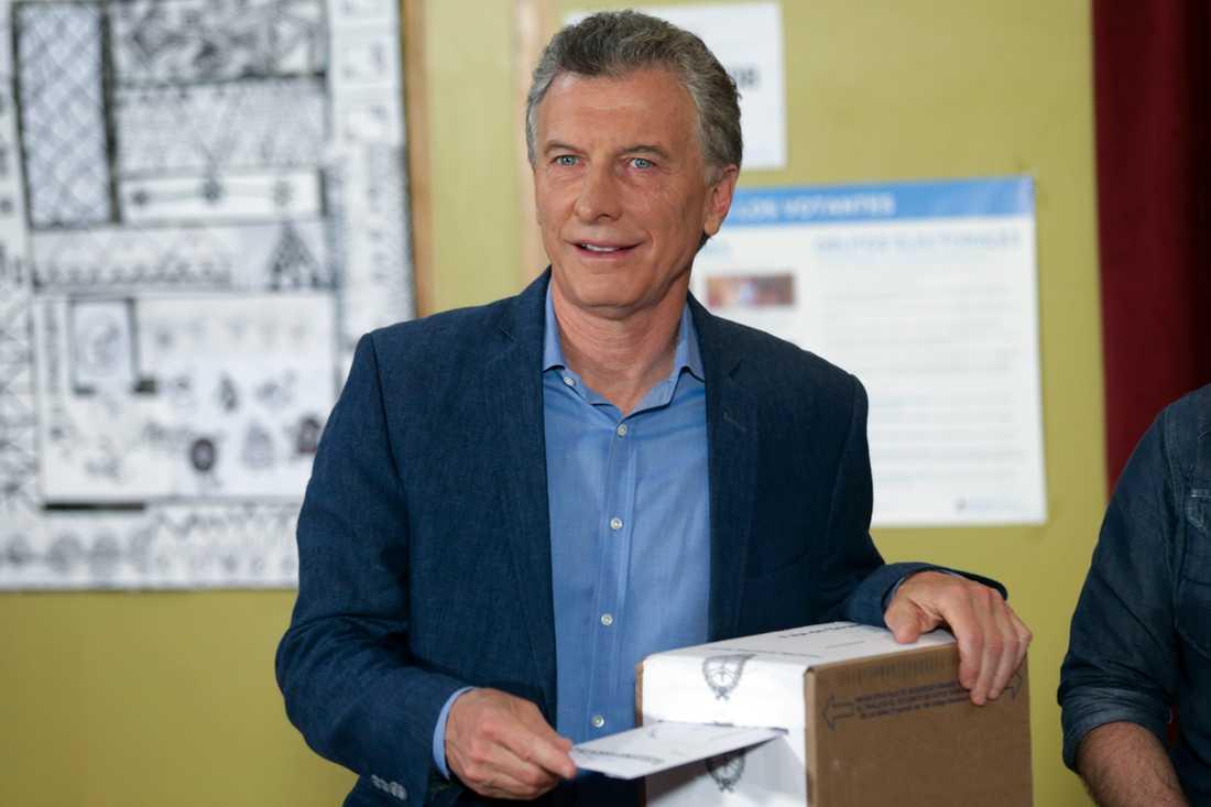 President Mauricio Macri lägger sin röst i söndagens val i Argentina.