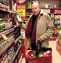 Peo Jonsson är nöjd med den låga prisnivån i lettiska matbutiker.