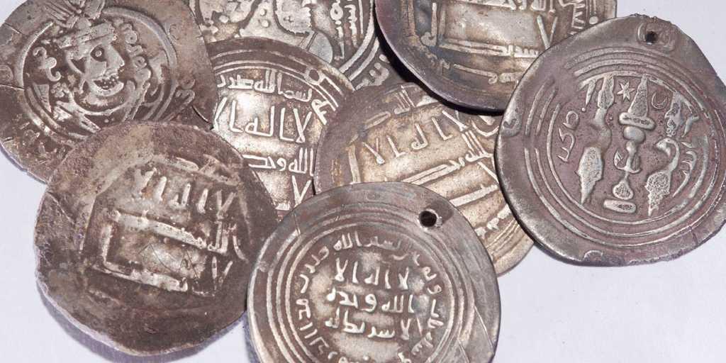 Arkivbild. Andra silvermynt från Bagdad och Damaskus, liknande de som nu hittats i Skälby. Mynten bå bilden hittades i en järnåldersgrav utanför Sigtuna.