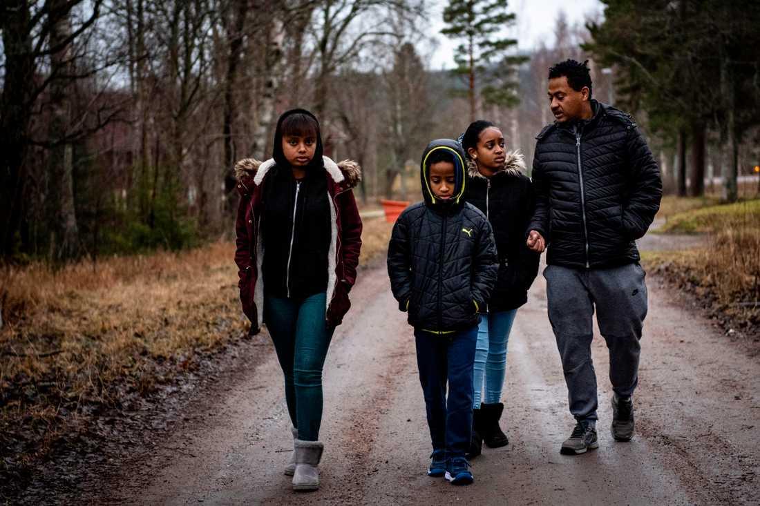 På nyårsafton flyttade familjen 30 mil hit – men nu är pappa Yonas arbetslös.