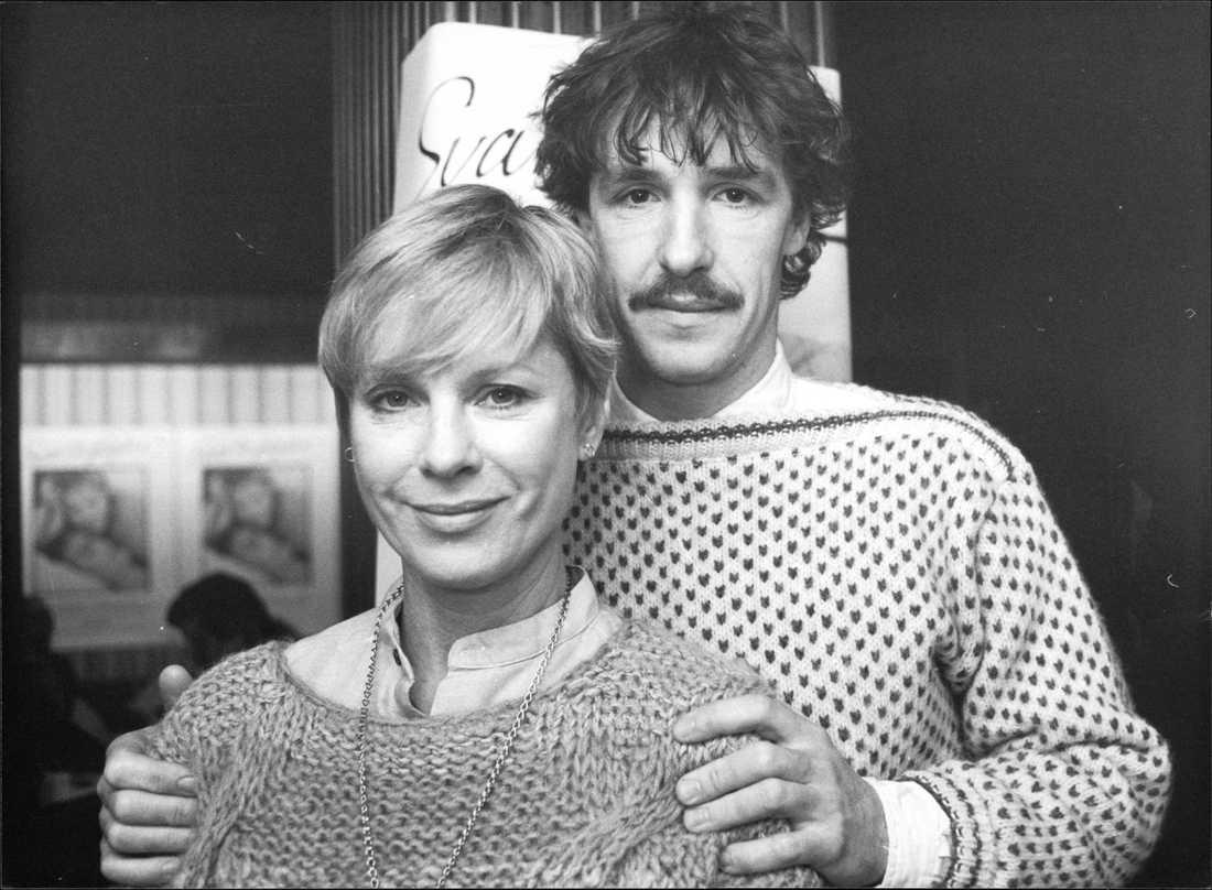 """Björn Skagestad och Bibi Andersson under en presskonferens på biografen Saga, inför premiären av den norsk-svenska filmen """"Svarta fåglar"""" 1983."""