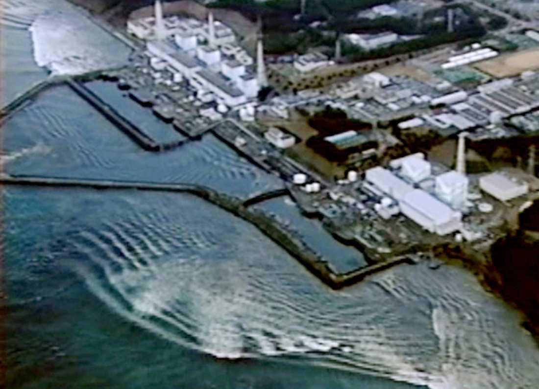Här slår tsunamin in mot kärnkraftverket.
