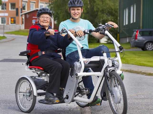 Margaretha Willers, 101, testar på cykeln för tredje gången tillsammans med hemtjänstens Sebastian Sundberg, 20.