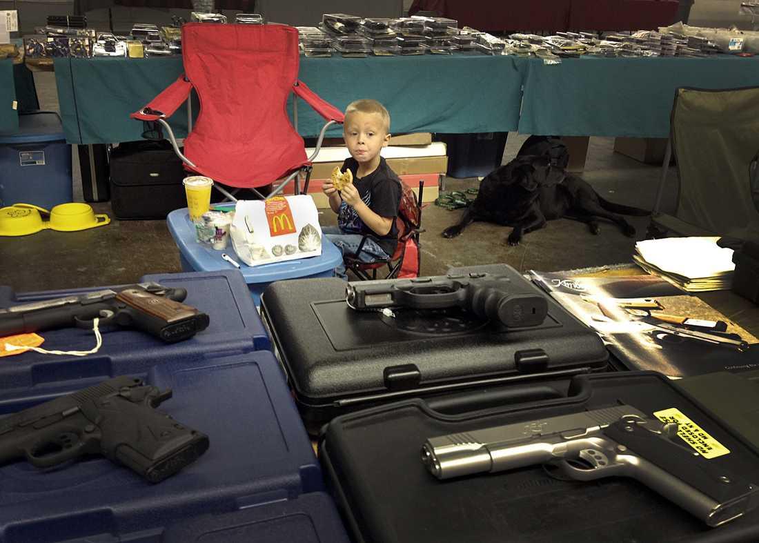 Intresset börjar tidigt.  Men för en stund är McDonaldspåsen mer intressant än vapenbuffén för en sexårig pojke.