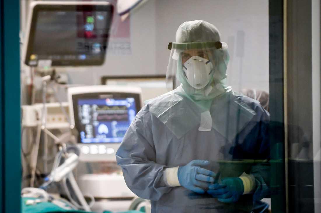 En coronapatient intensivvårdas på San Matteo-sjukhuset i Pavia, Italien. Arkivbild.