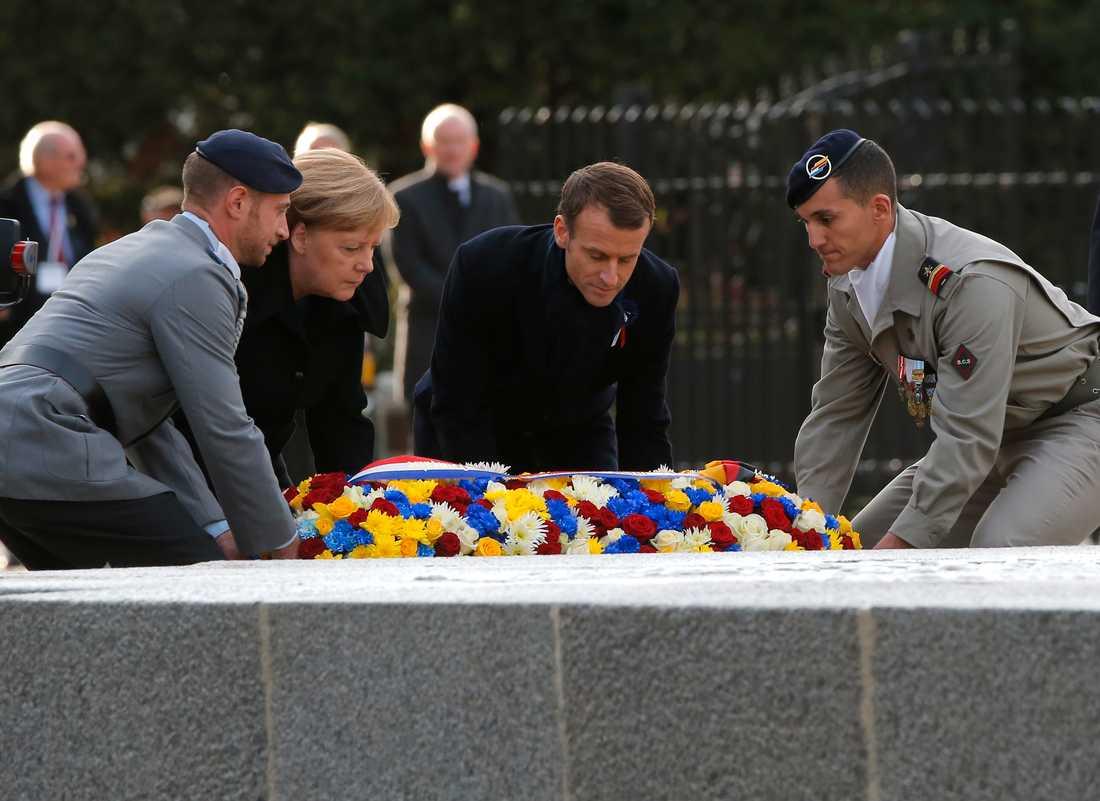 Tysklands förbundskansler Angela Merkel och Frankrikes president Emmanuel Macron vid minnesceremonin av första världskrigets slut för 100 år sedan.