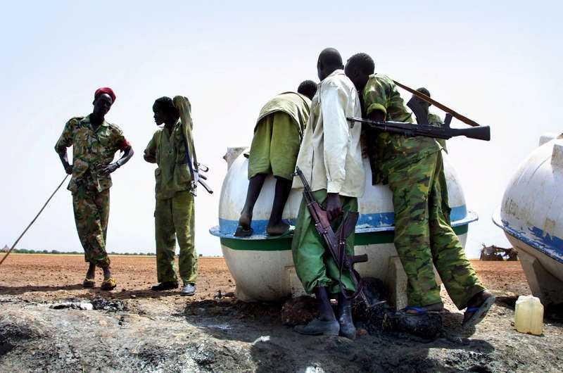 Konfliktområde Regeringstrupper vaktar vattentankar som ska fraktas till Lundins oljeområde i Sudan. Bolaget utreds nu för folkrättsbrott, som misstänks ha pågått mellan 1997 och 2003. Specialiståklagare Magnus Elving bekräftar för första gången att förhör har hållits i Sudan.