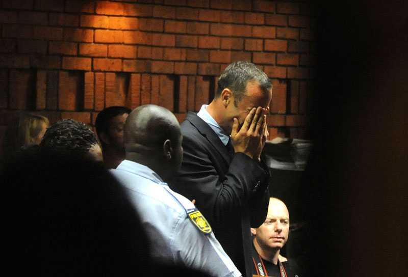 Vid flera tillfällen under fredagens häktesförhandlingar bröt friidrottsstjärnan ihop i rättssalen.