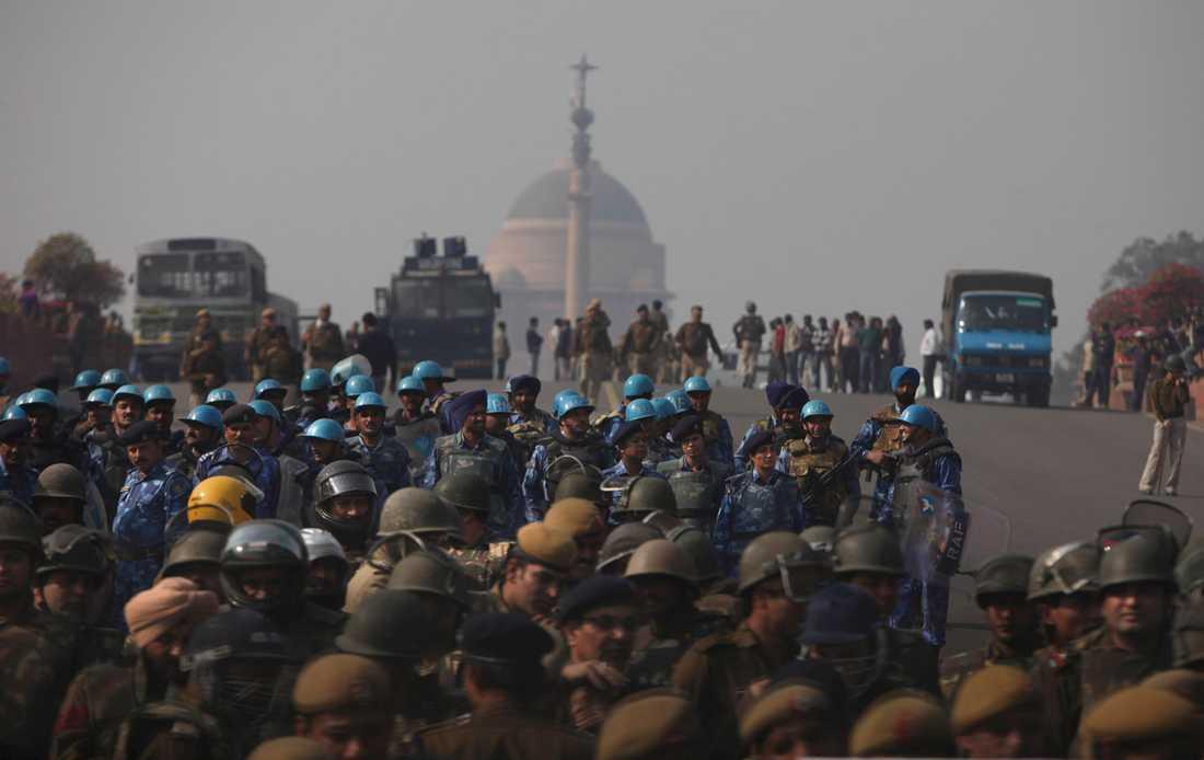 Indisk kravallpolis i Delhi under de oroligheter som följde efter den brutala gruppvåldtäkten.