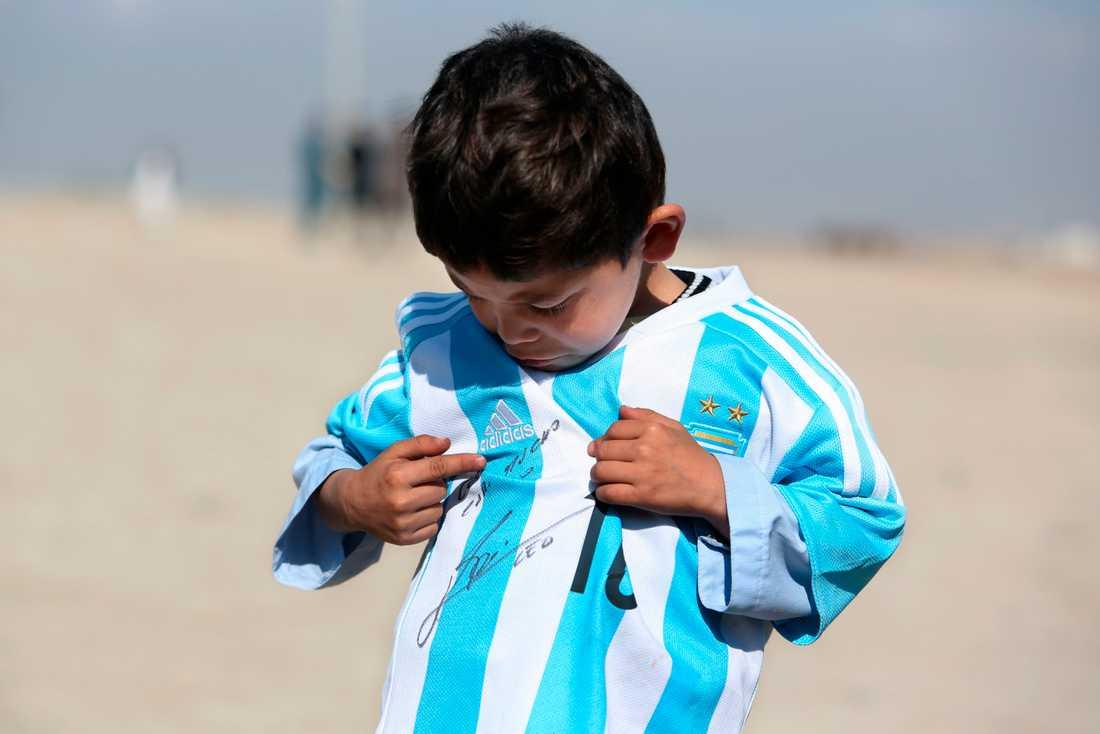 Murtaza Ahmadi fick en signerad tröja av Leo Messi.