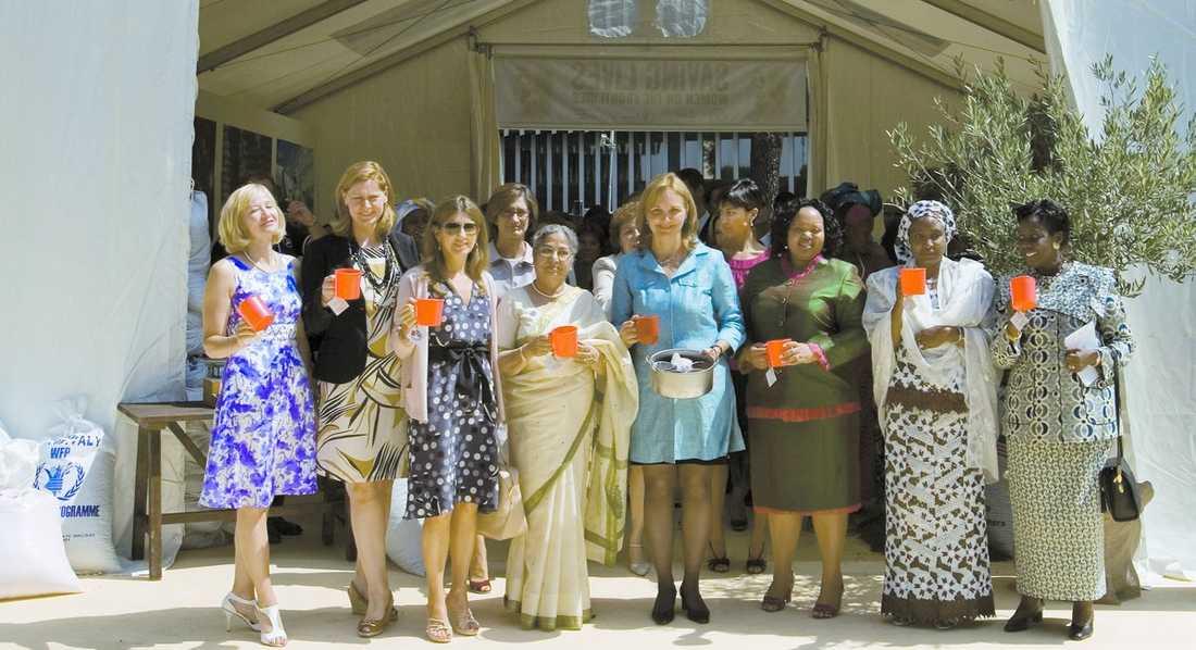 G8-FRUARNA FICK MATA BARNEN MED GRÖT Laureen Harper, gift med Kanadas premiärminister Stephen Harper, Sarah Brown, gift med Storbritanniens premiärminister Gordon Brown, Maria Margarita Barroso, gift med EU:s president Manuel Barroso, Gursharan Kaur, gift med Indiens premiärminister Manmohan Singh, Nompumelelo Ntuli, gift med Sydafrikas president Jacob Zuma, Ajia Turai Yar Adua, gift med Nigerias president och Aissatou Diouf, gift med FAO:s generaldirektör.