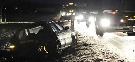 Tre personer skadades när två personbilar krockade på väg 104 vid Dösjebro.
